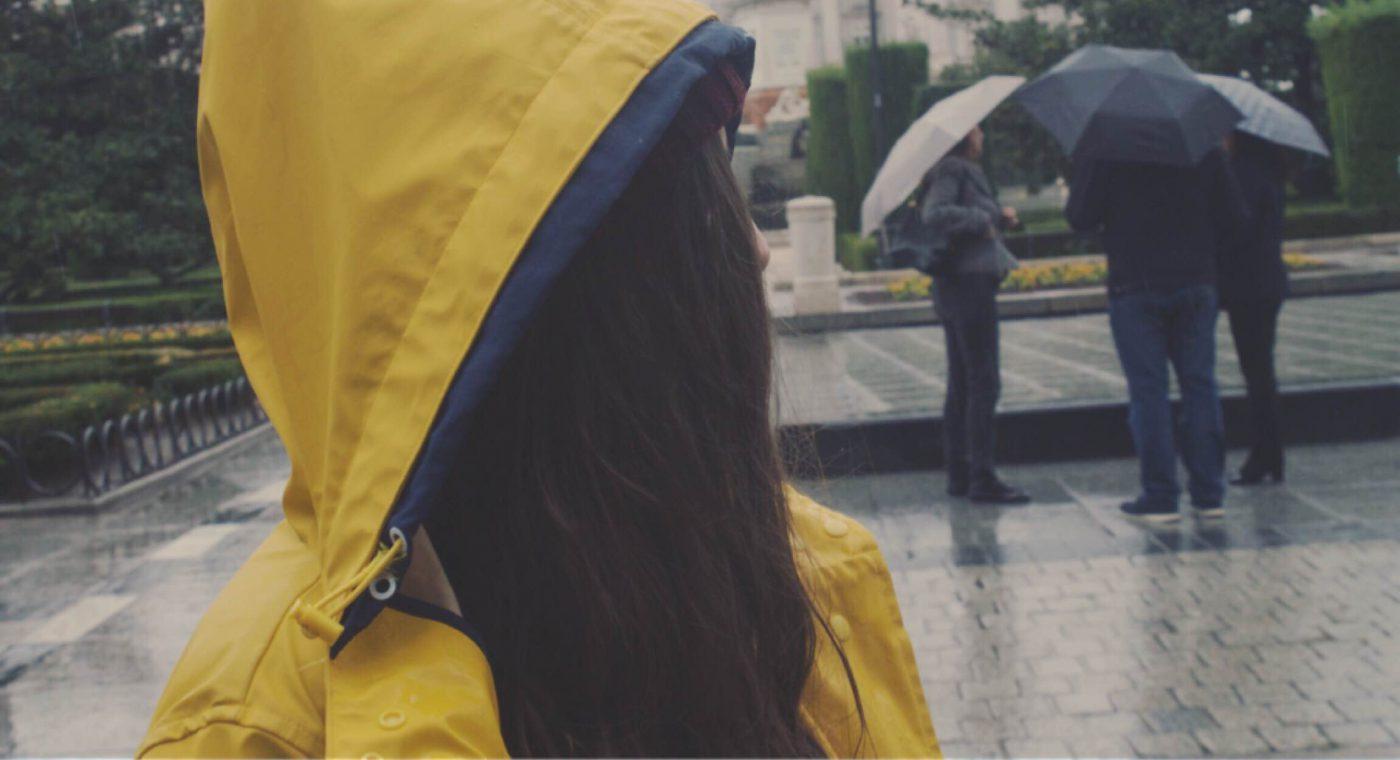 La chica del chubasquero amarillo
